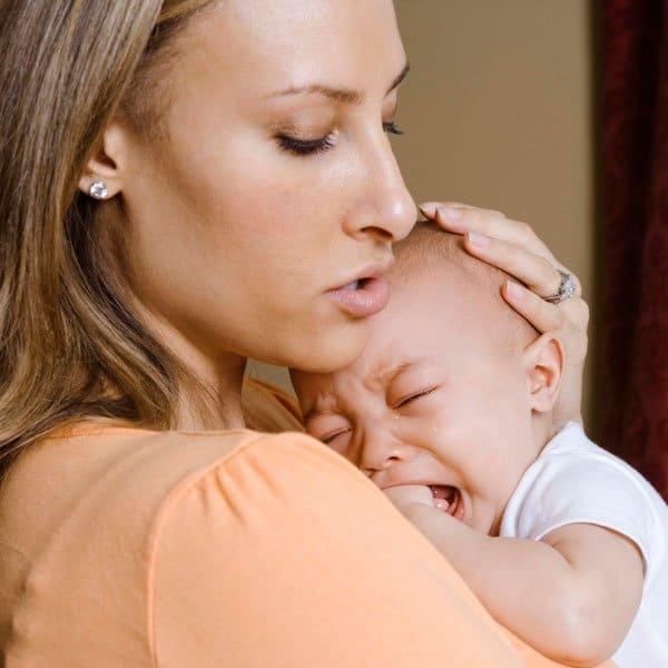 Bébé pleure… Je le prends dans mes bras ou pas ?
