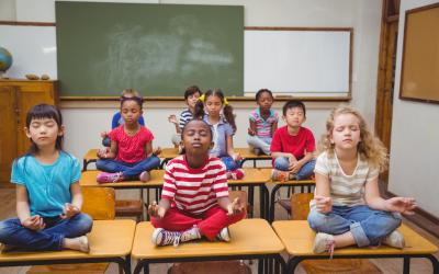 Si on apprenait à travailler sa concentration à l'école avec le yoga ?